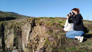 personne sur une coline en irlande