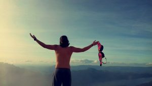 homme torse nu devant une montagne
