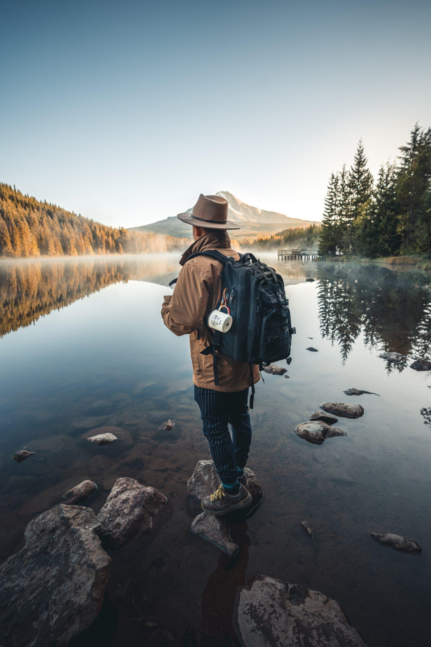 voyageurse devant un lac