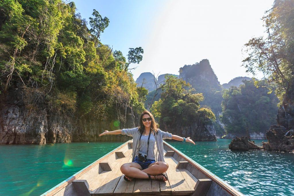 femme sur un bateau au milieu d'une rivière